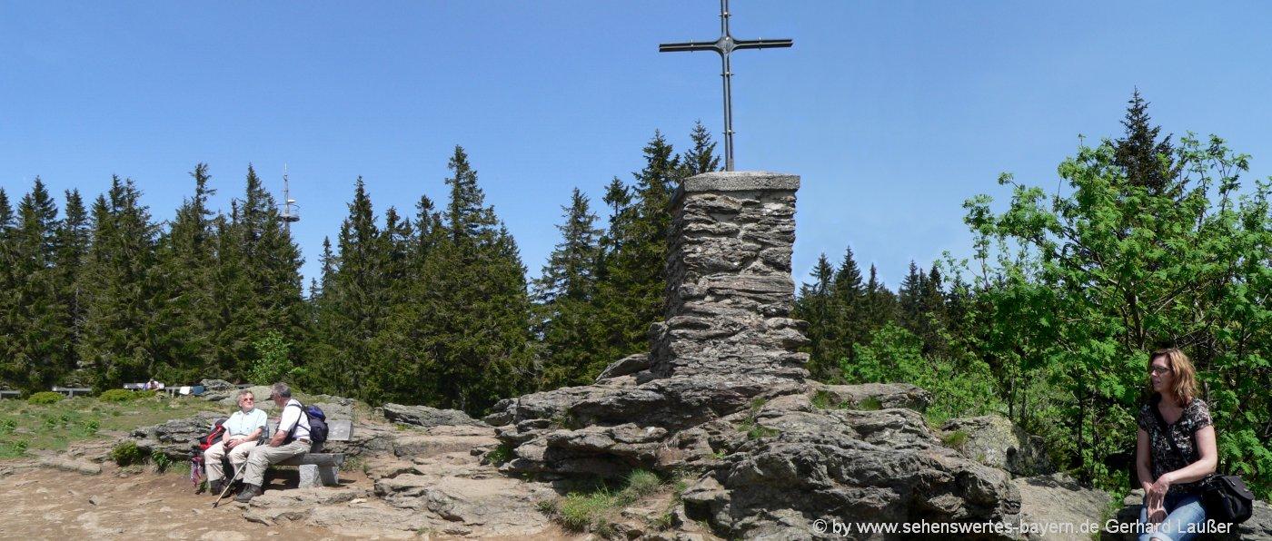 falkenstein-bergwanderung-bayerischer-wald-gipfelkreuz-nationalpark
