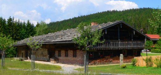 finsterau-freilichtmuseum-ausflugsziele-freizeit-bauernhof-panorama-660