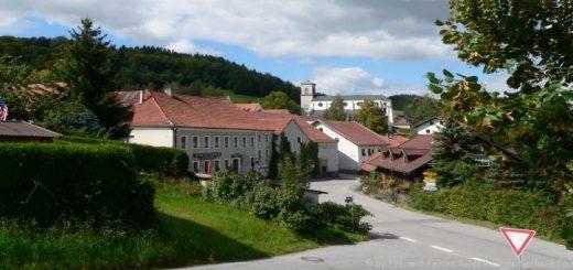 gotteszell-ausflugsziel-bayerischer-wald-ort-kirche-panorama-660