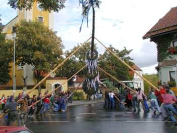 Feste und Bräuche in Bayern Kirtabaum aufstellen