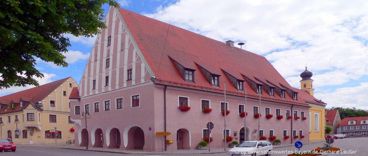 neustadt-an-der-donau-sehenswertes-niederbayern-rathaus-ausflugsziele