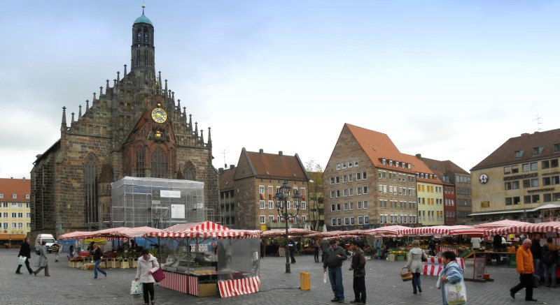 Bild der Frauenkirche am Hauptmarkt Nürnberg an einem Markttag