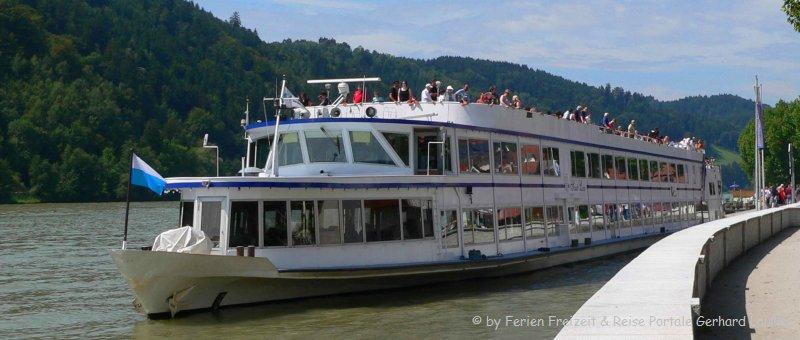 Donauschifffahrt bei Passau Schiff an der Uferpromenade bei Obernzell